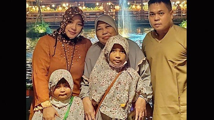 Markis Kido dan keluarga bersama Ibundanya Yul Asteria, sosok Markis Kido sangat dekat sekali dengan Ibunya dan dua adiknya Bona Septano dan Pia Zebadiah Bernadet