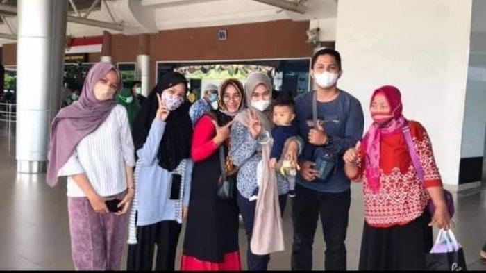 Rizki Wahyudi, Ibunda Rizki, dan istri (menggendong anak), serta sanak saudara akhir tahun lalu di bandar udara. Mereka sekeluarga jadi korban pesawat Sriwijaya Air SJ 182.