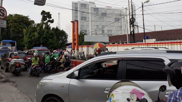 BREAKING NEWS: Area Lay Bay Ditutup, Lalu Lintas di Depan Stasiun Bekasi Macet Parah