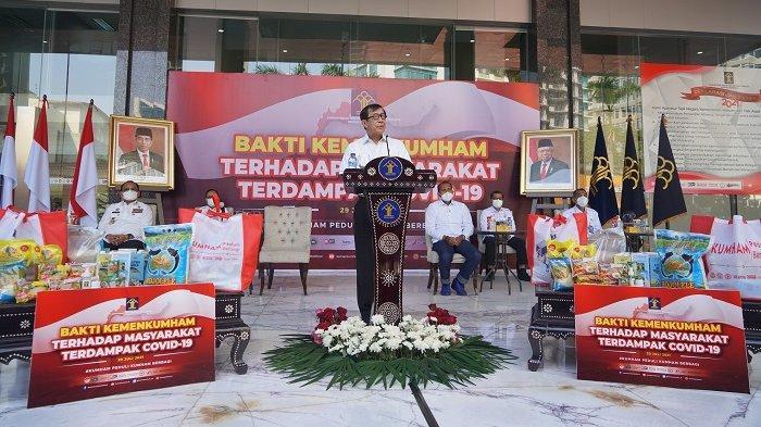 Menteri Hukum dan Hak Asasi Manusia (Menkumham) Yasonna H. Laoly menyampaikan sambutan saat memberikan bantuan sosial secara simbolis, Kamis (29/07/2021) pagi.