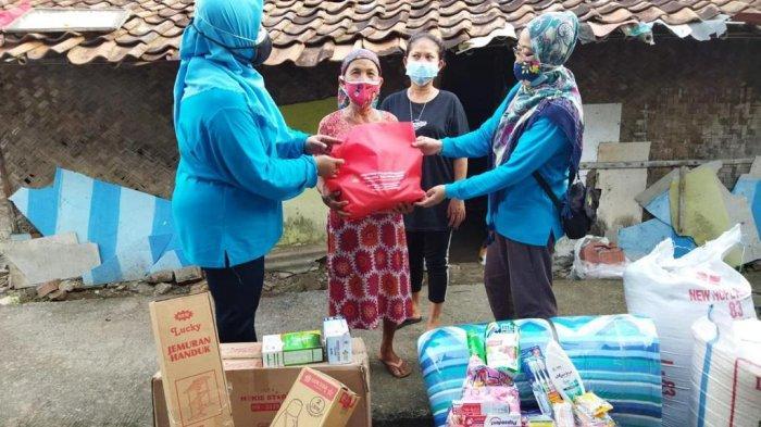 Kemensos Serahkan Bantuan Atensi Lanjut Usia dan Ajak Mak Aton Wisata Belanja