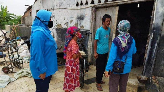 Tim dari Balai Budhi Dharma, memberikan bantuan Asistensi Rehabilitasi Sosial (Atensi) Lanjut Usia kepada nenek Aton Usih (79), warga Dusun Wanasepi RT 004/010 Kelurahan Tunggakjati Kecamatan Karawang Barat Kabupaten Karawang, Jawa Barat.
