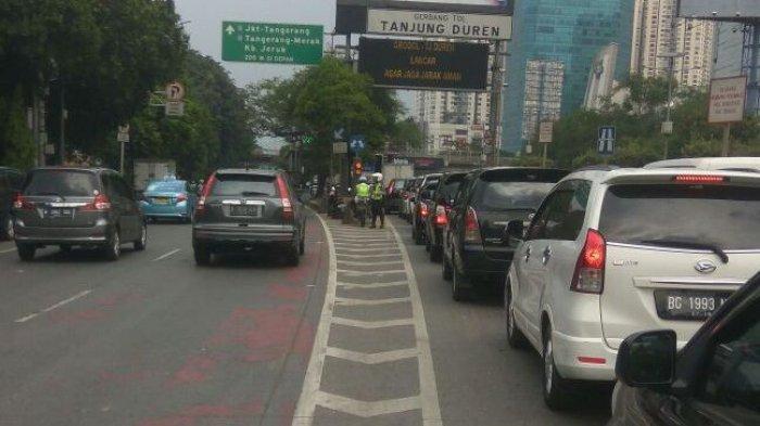 Antrean Kendaraan untuk Menggunakan Sarana Jalan Tol Meningkat