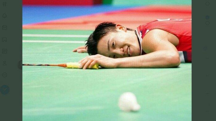 Kento Momota saat terjatuh ke lantai dengan wajah tak berdaya. Ia tersingkir dari babak penyisihan grup Olimpiade Tokyo, padahal rangking satu dunia.