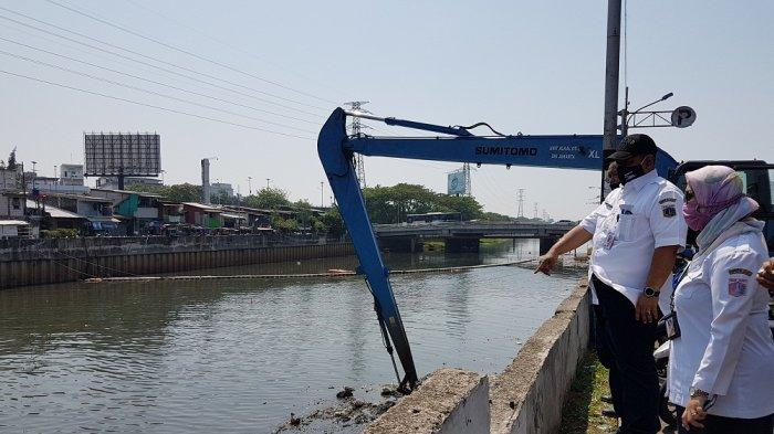 Kepala Dinas SDA DKI Jakarta Juaini Yusuf saat meninjau pengerukan lumpur di KBB tepatnya di dekat Mal Season City, Kecamatan Tambora, Jakarta Barat pada Rabu (26/8/2020) siang.