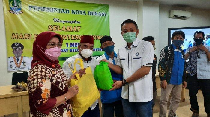 Rayakan Mayday, Perwakilan Serikat Buruh Dapat Santunan dari Pemkot dan BPJAMSOSTEK Bekasi