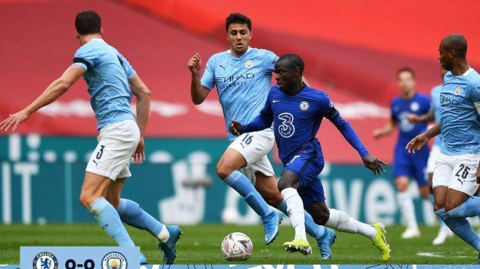 Pemain Chelsea N'Golo Kante dikawal ketat para pemain Manchester City dalam laga semifinal Piala FA. Hasil babak pertama 0-0, permainan relatif imbang.