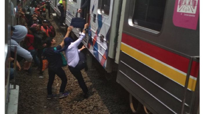 KRL Anjok Diantara Stasiun Kebayoran Lama-Palmerah, Kereta Tertahan Penumpang Terlantar