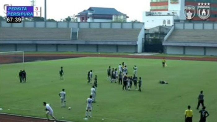 Pertandingan uji coba Persita Tangerang vs Persipura Jayapura di Stadion Indomilk Arena berakhir ricuh. Pertandingan dihentikan di pertengahan babak kedua karena kedua pemain terlibat keributan.