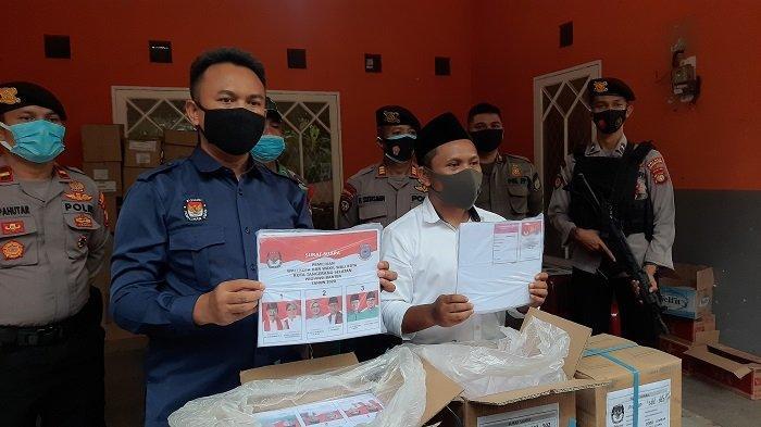 Ketua KPU Kota Tangsel (kiri), Bambang Dwitoro bersama Komisioner Bawaslu Kota Tangsel Divisi Hukum, Data, dan Informasi, Slamet Santosa. (Warta Kota/Rizki Amana)