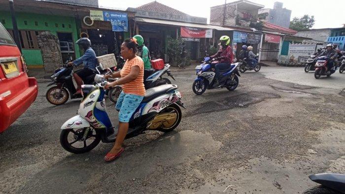 Hantam Lubang Menganga di Jalan Kapuk Kamal Raya, Motor Vespa Ikhsan Langsung Rusak