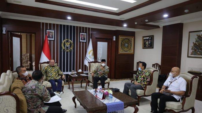 Ketua DPD RI, AA LaNyalla Mahmud Mattalitti menerima Audiensi Gubernur Sumatera Barat Mahyeldi Ansharullah di Ruang Kerja Ketua DPD RI Lantai 8, Gedung MPR DPR, Rabu (28/4/2021).