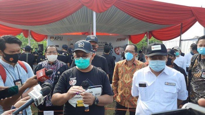 Ketua KPU RI Arief Budiman (kiri) dan Ketua Bawaslu RI, Abhan (kanan) di simulasi pemungutan suara di Lapangan PTPN, Cilenggang, Serpong, Tangsel, Sabtu (12/9/2020)