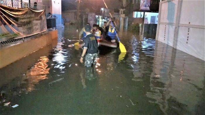 Petugas Tagana Evakuasi Balita Korban Banjir di Komplek Ikip Jatiasih Bekasi