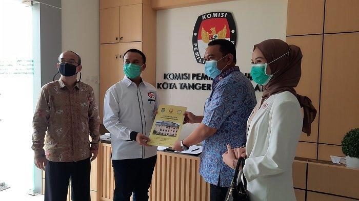 Ketua Tim Pemeriksaan paslon Pilkada 2020 Kota Tangsel, Edison YP Saragih (kanan) sedang menyerahkan berkas kesehatan kepada Ketua KPU Kota Tangsel, Bambang Dwitoro (kiri).