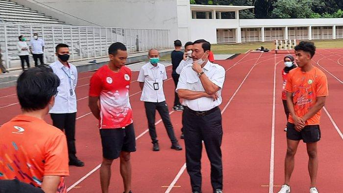 Ketua Umum PB PASI, Luhut Binsar Pandjaitan menyambangi latihan atlet atletik Indonesia di Stadion Madya, Senayan, Jakarta, Senin (3/5/2021) sore dan berbicang dengan sprinter M. Zohri