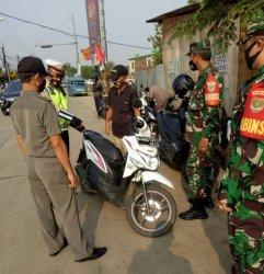 Petugas Gabungan Tegur Pengendara yang Langgar Prokes saat Operasi Ketupat Jaya 2021 di Bojonggede