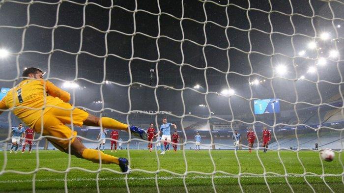 Kevin De Bruyne gagal mencetak gol dari titik penalti karena bolanya melenceng ke sisi kiri gawang Liverpool