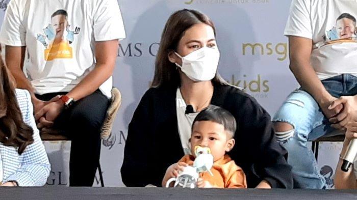 Paula Verhoeven dan Kiano Tiger Wong saat dipilih sebagai bintang iklan produk anak MS Glow Kids di Kemang, Jakarta Selatan, Rabu (3/3/2021).
