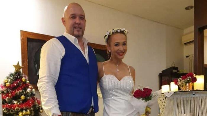 Kiki Fatmala dikabarkan menikah lagi dan melepaskan status janda. Melalui akun Instagram @qq_fatmala, Kiki Fatmala mengunggah foto sedang bersanding bersama pria bule di akhir tahun 2020.
