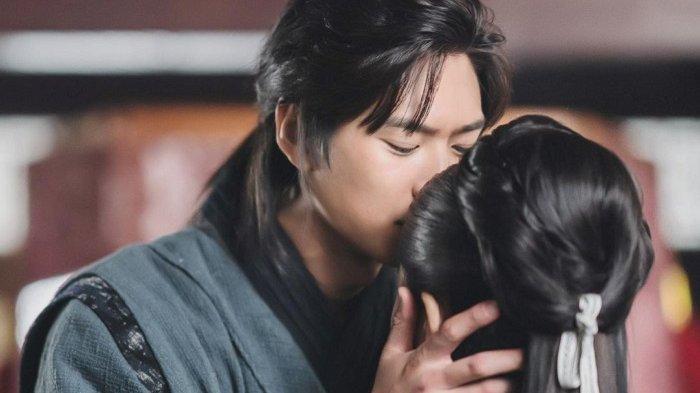 Kim So Hyun dan Na In Woo Berciuman saat Kekacauan Melanda River Where The Moon Rises