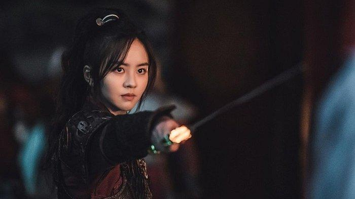 Kim So Hyun sebagai Putri Pyeunggang dalam drama Korea River Where the Moon Rises.