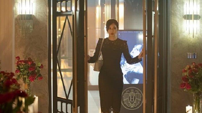 Aktris Kim So Yeon menjadi pemeran utama dalam drama Korea The Penthouse 2. Kali ini, Kim So Yeon terang-terangan berpacaran dengan selingkuhannya, Uhm Ki Joon.