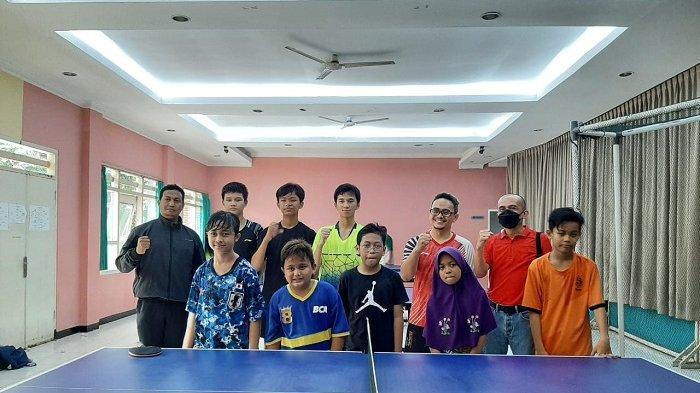 Para pengurus dan murid sekolah tenis meja Klinik Pingpong di Rengas, Ciputat Timur, Tangerang Selatan.