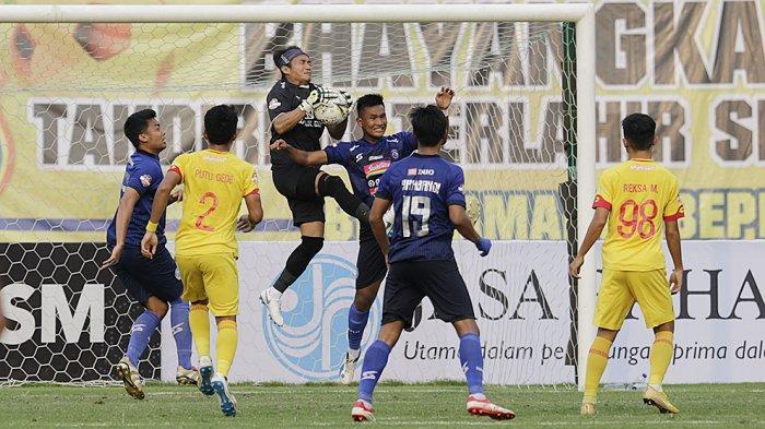 Wahyu Tri Nugroho menjaga gawangnya dari serbuan pemain Arema FC saat kompetisi Liga 1 2019