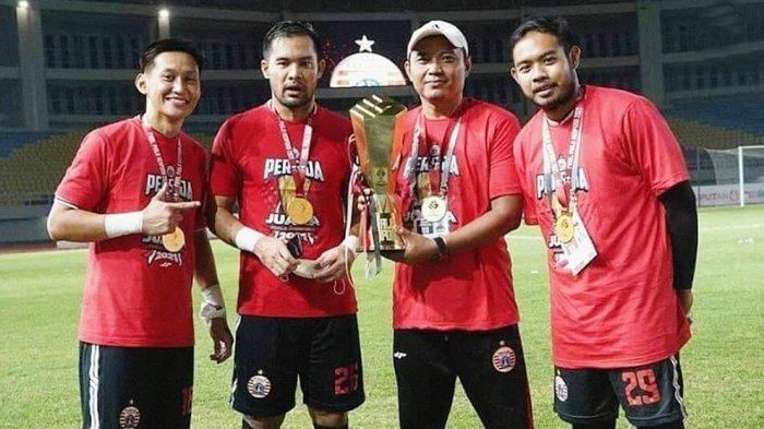 Pelatih kiper Persija Ahmad Fauzi (megang trophy) bersama Yoewanti Stya Beny, Andritany Ardhiyasa dan Adixi Lenzivio