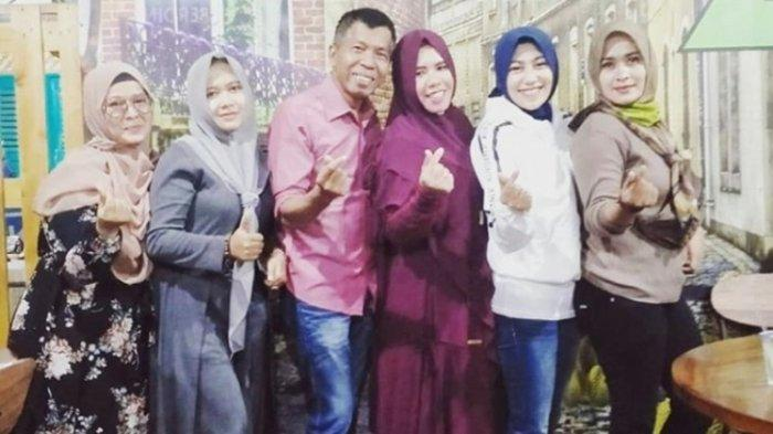 Pelawak Kiwil berpose mesra bersama kedua istrinya, Rohimah dan Venti Figianti yang baru saja dinikahi siri di Bandung, Jawa Barat. Foto pertemuan Rohimah dan Venti Figianti itu diunggah Rohimah di akun Instagram @rohimah_alli, Senin (26/10/2020).