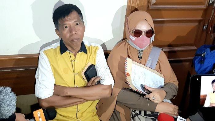 Pelawak Kiwil didampingi Rohimah setelah menghadiri sidang perdana perceraian mereka di Pengadilan Agama Jakarta Selatan, Rabu (20/1/2021).