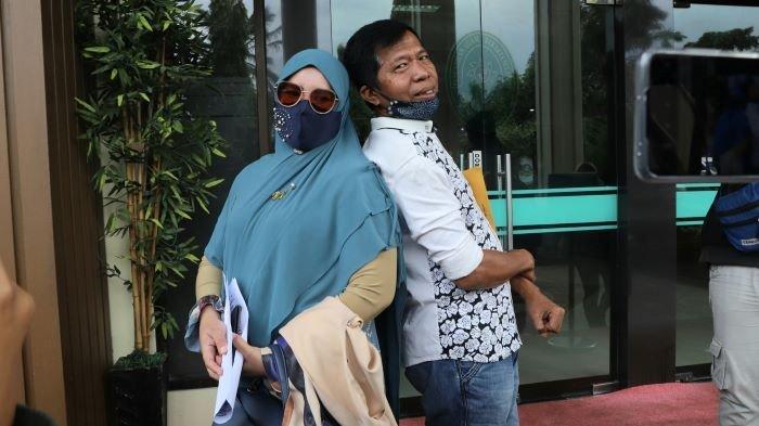 Kiwil dan Rohimah disela menjalani sidang lanjutan gugatan cerai di Pengadilan Agama Jakarta Selatan, Rabu (10/2/2021). Kiwil dan Rohimah sudah sepakat cerai. Mereka bahkan sudah berpisah secara agama setelah ada talak cerai.