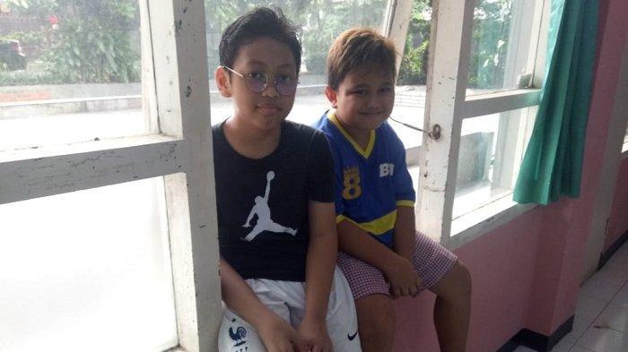 Radit (10, kiri) dan Hasbi (8, kanan), murid Klinik Pingpong bertekad menjadi atlet tenis meja yang hebat.