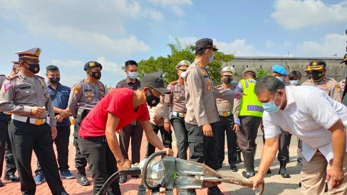 Polres Metro Bekasi memusnahkan knalpot racing motor di halaman Polres Metro Bekasi, Kamis (8/4/2021). Motor-motor berknalpot racing itu dirazia dari jalan-jalan di Kabupaten Bekasi karena menimbulkan polusi suara alias bising.