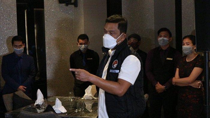 Reserse Narkoba Polda Metro Jaya, Kombes Mukti Juharsaa saat merazia kafe yang diduga berencana untuk merayakan pesta malam tahun baru 2021.