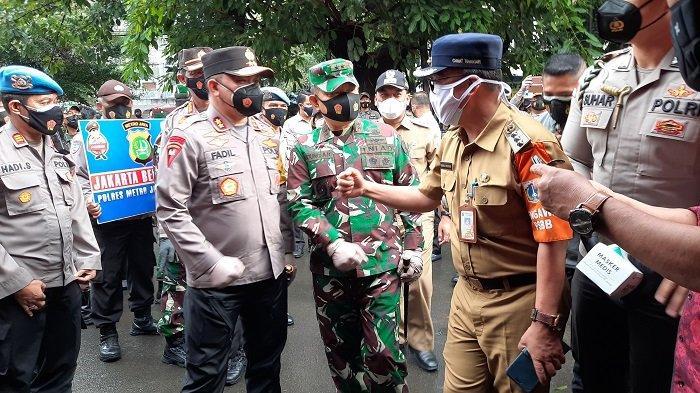 Cek PPKM, Kapolda dan Pangdam Jaya Bagikan 100 Ribu Masker di Jakarta Barat