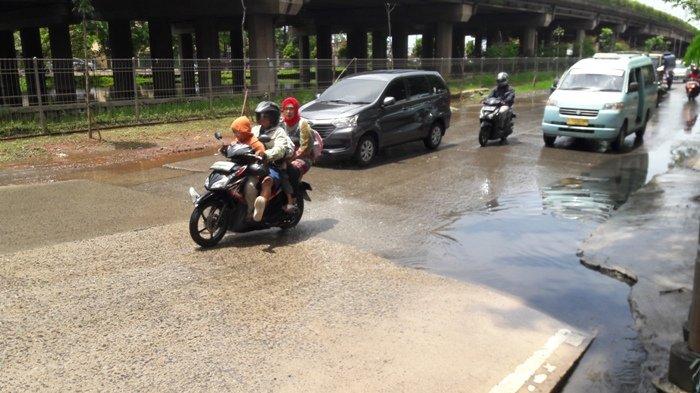 Jalan Kamal Raya Tergenang dan Rusak Akibat Air Rembes dari Kolam di Kolong Tol