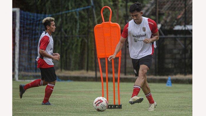 Komang Tri Arta Wiguna berlatih bersama pemain senior di Bali United pasca sembuh cederanya