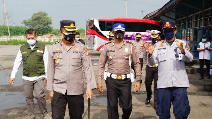 Polres Metro Bekasi menggelar swab antigen terhadap penumpang bus yang baru tiba di Terminal Kalijaya Kecamatan Cikarang Barat, Kabupaten Bekasi, pada Minggu (14/3/2021).