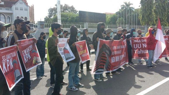 Soroti Langkah 75 Pegawai KPK yang Gagal TWK, Puluhan Mahasiswa dan Pemuda Makassar Gelar Unjuk Rasa