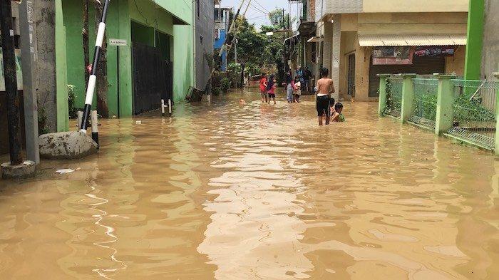 Foto-foto Penampakan Banjir di Komplek Pondok Gede Permai Setinggi 40 Cm
