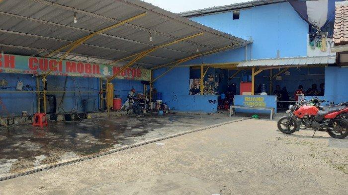 VIDEO: Duel Adu Celurit Penjaga Cuci Steam Lawan Perampok Terekam CCTV di Bekasi