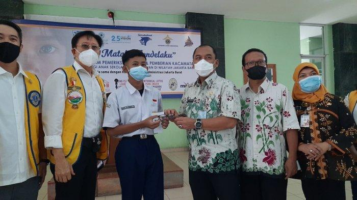 500 Siswa dan Anak Panti di Jakarta Barat Dapat Kacamata Gratis
