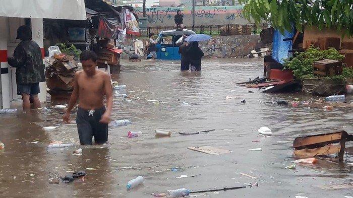 Ujang Tak Menyangka Lingkungannya di Petamburan Kebanjiran