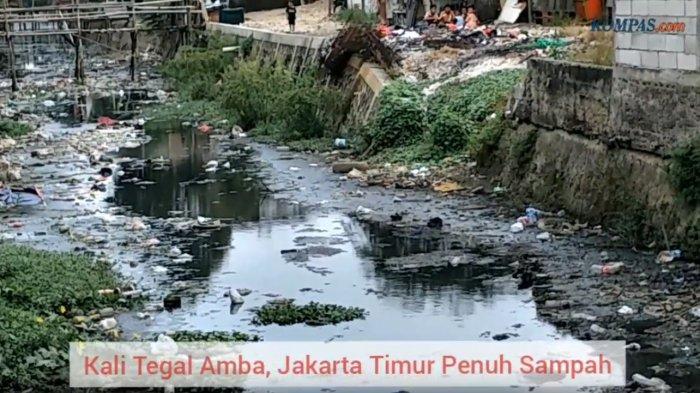 VIDEO: Petugas Angkat 500 Kg Sampah dan Lumpur dari Kali Tegal Amba