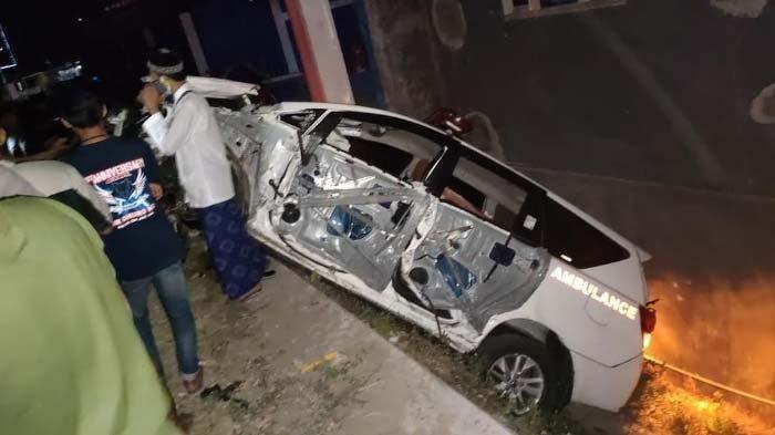 Ban Depan Pecah, Ambulans Angkut Jenazah dari Jakarta ke Sampang Hantam Jembatan hingga Ringsek
