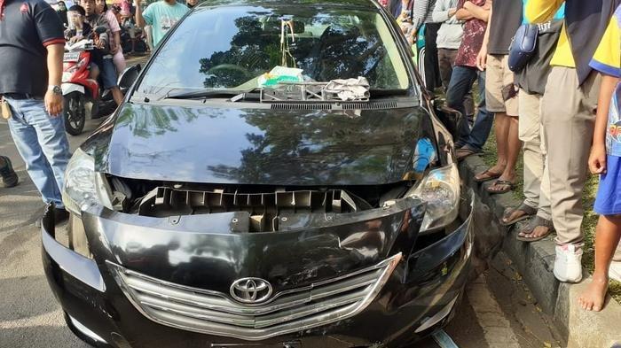 Kecelakaan Beruntun Mobil Tabrak Tiga Sepeda Motor di Tangerang