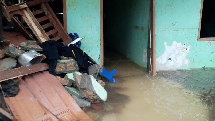 Kondisi rumah korban yang meninggal dunia akibat reruntuhan tembok perumahan Melati Residence Ciganjur, Jaksel saat terjadinya bencana banjir dan tanah longsor.