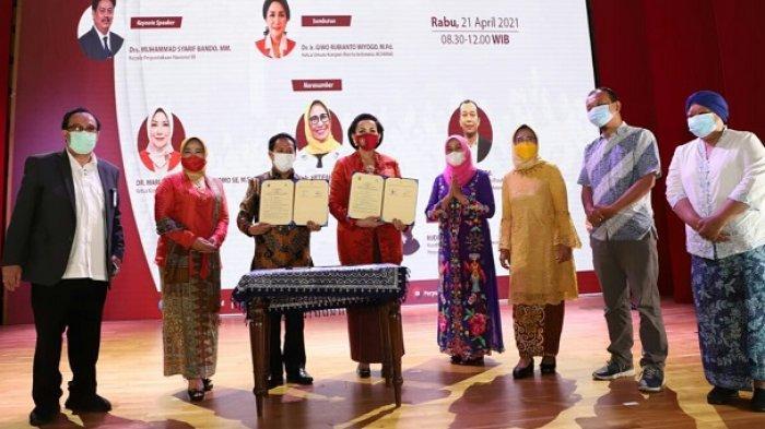 Perempuan Berperan Dalam Tumbuhkembangkan Budaya Literasi, Khususnya dalam Lingkungan Keluarga